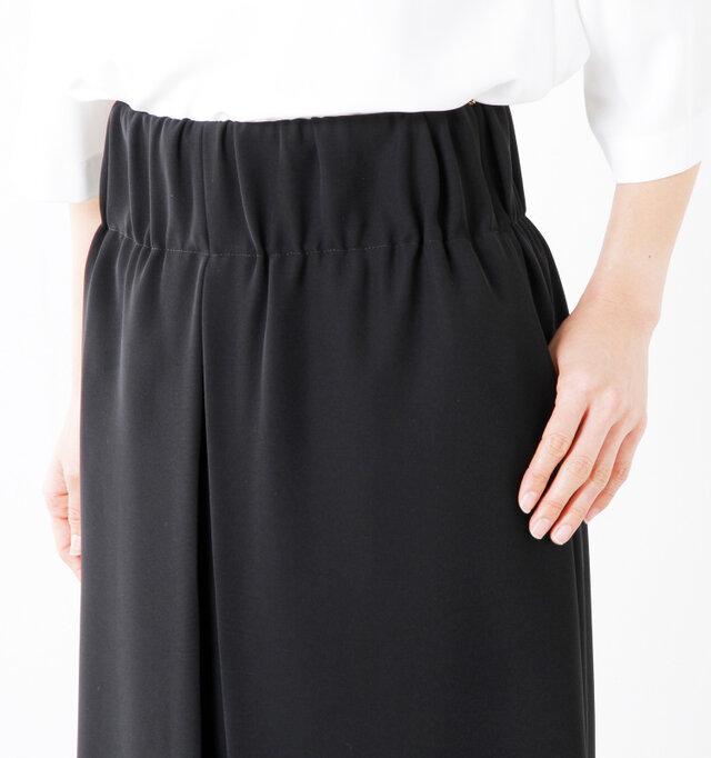 ウエストは幅広のゴム仕様で、安定感があります。腰回りに余裕があり、ソフトなゴムを使っているので締め付け感がなく、楽ちんな穿き心地。ギャザーデザインになったゴムがお腹・腰回りの気になる部分を上手にカバーしてくれるので、スカートの美しいラインはそのままに、すっきりと見せてくれますよ。