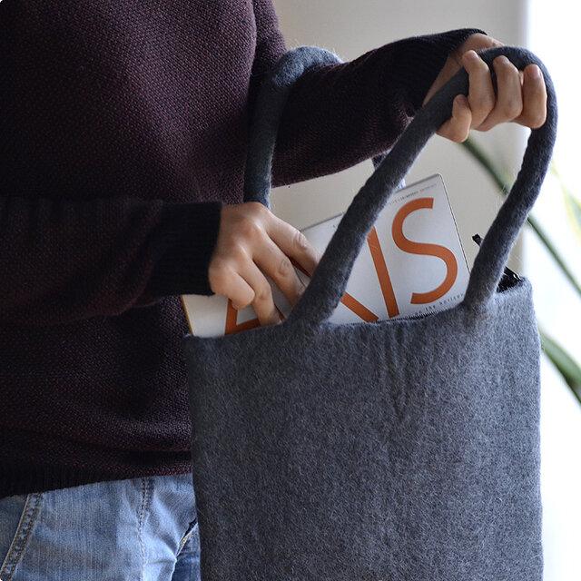 十分な厚みと、しっかりした持ち手のフェルトバッグは、A4サイズがちょうど入る大きさ。肩にかけたり、腕にかけたり。持ち手はちょうどいい長さなので、どちらでも使えます。