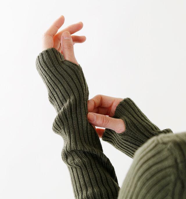 袖口には親指ホールが施され、手の甲まで包み込み、寒さからしっかりガード。