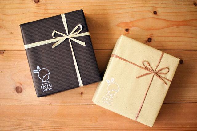 トートとボトルやギフトセット、ラ・カンティーヌのギフトセットには、包装紙で包みリボンをかけます。 (包装紙のみ、リボンのみのご利用も可能です。※ラ・カンティーヌのギフトセットは包装紙+リボン、包装紙のみをおすすめいたします。) 包装紙の色はブラウンとベージュ、リボンの色は商品によって異なります。