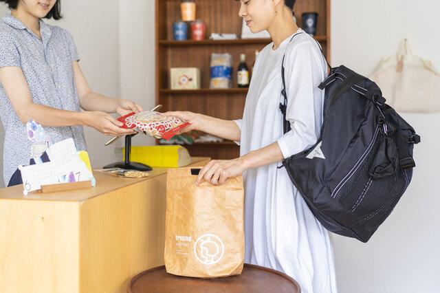 """""""ランチバッグ""""という名前ですが、カバンにひとつ入れておくとちょこっとした買い物時のエコバッグに。小物をまとめておけるのでとっても便利です。"""