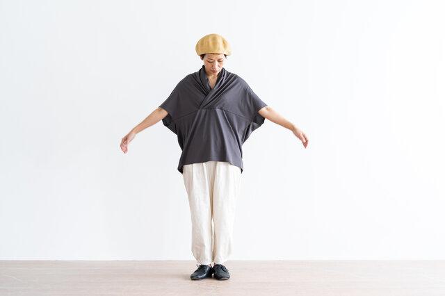 襟元のギャザーが上品な雰囲気。身幅もゆったりとしているので、夏でも涼しくさらっと着ていただけます。