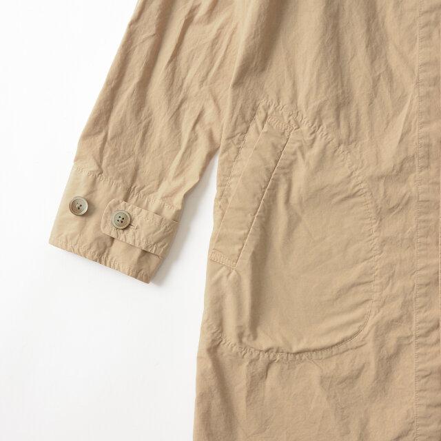 袖口は2段階で調節が可能。少し捲くってこなれ感をプラスした着こなしもいいですね。 両サイドにはステッチの効いたマフポケット付きで、ぽってりとした丸みが愛らしく、シンプルなデザインに遊び心を添えます。