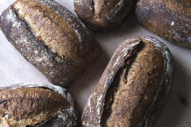 <原材料>北海道産小麦・長野県産小麦全粒粉・自家焙煎サワー種、自然塩