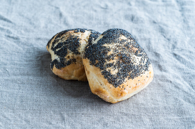フランスクブロの生地にポピーシードを付けて直焼きした香ばしい食事パン。 上下に半分に切ってサンドイッチに。レモンをたっぷり絞った、サバサンドが一押しです!  原材料 / 北海道産小麦、信州上田産石臼挽き全粒粉「しらね小麦」(なつみ農園)、オーガニックシュガー、有機ヤシ油、ポピーシード、自然塩、パン酵母