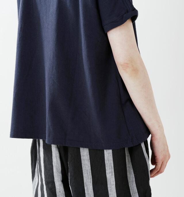 裾に向かってゆるやかにドレープが入り、動くたびに揺れる姿が大人の女性を演出。