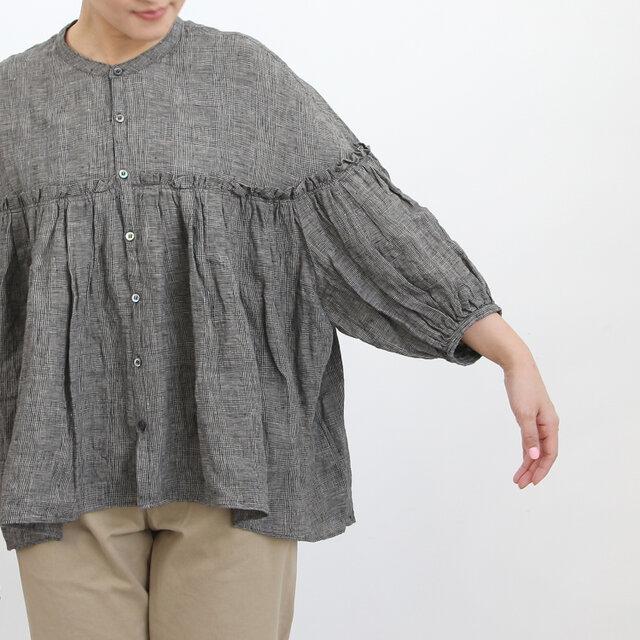 ボリューム感のある短め袖もチャーミング。あえて長袖のタートルネックカットソーなどをレイヤードしてもいいですね。