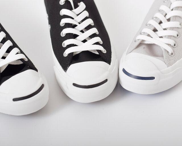 """微笑んでいる口元のように見えることから、""""スマイル""""の愛称がついたトゥのライン。 ホワイトラバーとのコントラストが爽やかで、コーディネートにアクセントを加えてくれます。"""