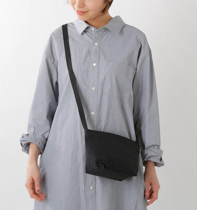 コンパクトなミニショルダーバッグ。荷物の少ないおでかけや、サブバッグにもおすすめです。