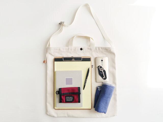 内側にはポケット付きで中身の整理がしやすく、財布や携帯電話などを入れておくのにも便利。 通勤、通学の時からレジャーシーンまで大活躍してくれます。