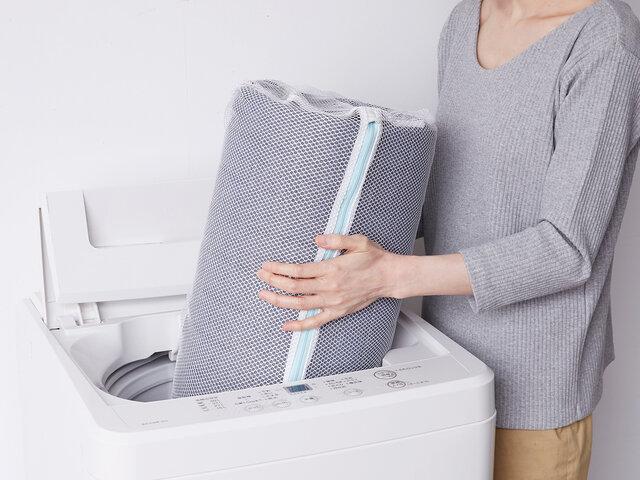 寝転んでくつろいで頂けるラグだからこそ、いつも清潔に使いたい!だから、ご家庭の洗濯機で丸洗いができる仕様にしました。いつも清潔でお母さんもニッコリ、安心!