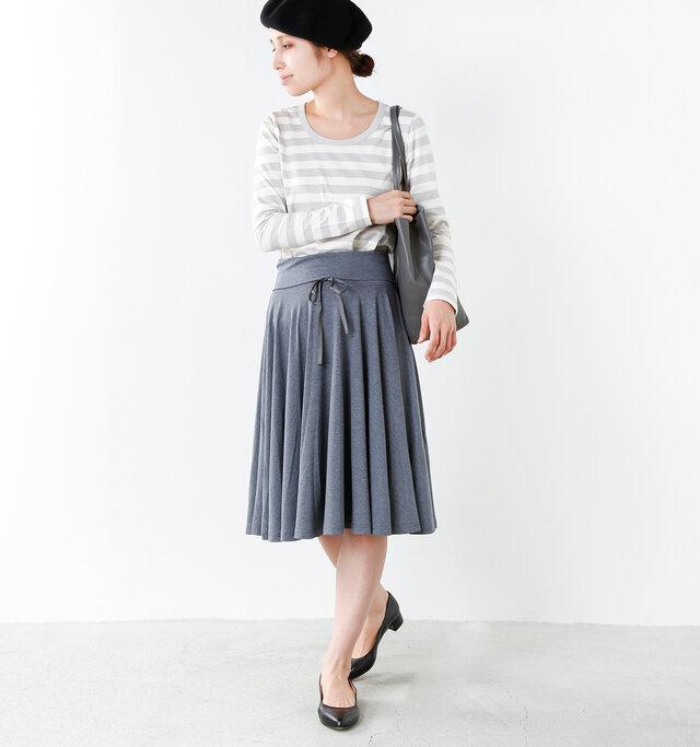 model yama:167cm / 49kg color : light gray / size : 38  スカートインしてもごわつかない厚みなので、インナーとしての使い勝手も良く、レイヤードスタイルも楽しめそうですね。