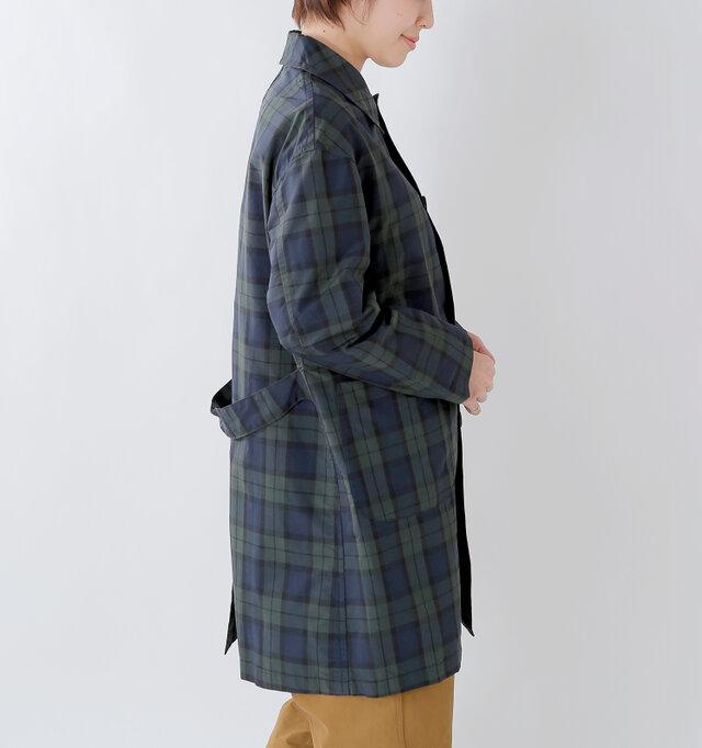 肩回りはもたつかずに丸みが出るように仕立て、女性らしい雰囲気に。