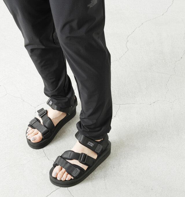 丈はフルレングスで脚を長く見せてくれてスタイルアップ。カジュアルなスニーカーやサンダルがよく似合います。