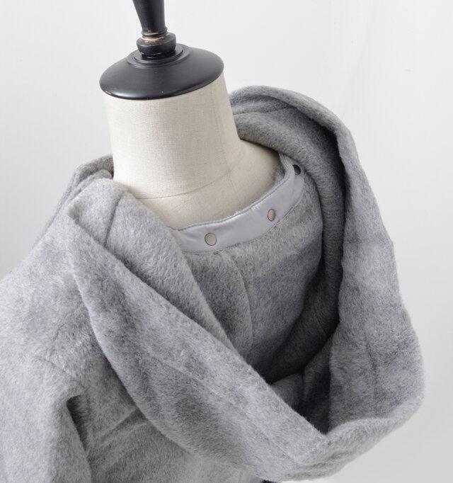 フード内側もコート表地と同布を使用し、ふんわりとした温かなディテールとなっています。
