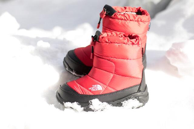 高い人気を誇る高機能ウィンターブーツの子供用ウォータープルーフモデル。防水メンブレンにより、内部の蒸れを排出しながら外部からの水の浸入を軽減します。撥水加工を施したナイロンアッパー素材に、優れた保温力を維持するサーモライト®を保温材として封入。低温下でも硬くなりにくいウィンターグリップソールラバーと、氷面を捉えるウインターアイスポッドをアウトソールセンターに配備。