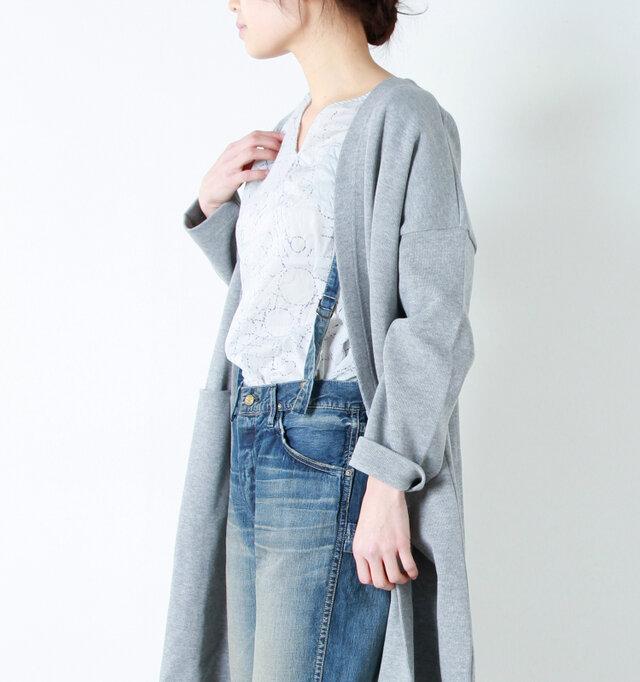 パンツと同布で作られた肩ベルトは、無段階で調節可能。