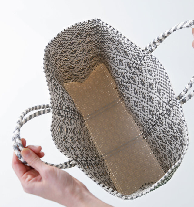バッグ内側は、ポケットなどのないシンプルなディテール。立体的な形状で、マチ幅があるので嵩張る荷物もしっかり入ります。