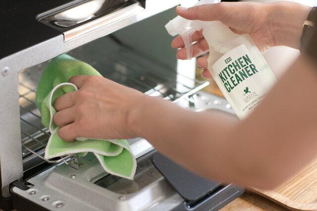 使用済みのふきんもベトベトしない コンロ周りの毎日の油ハネ、レンジやトースター、オーブンなどの油汚れのお掃除に。油を拭いたふきんはベトベト、ギトギトでその後洗うのも大変ですが、エコキッチンクリーナーの場合はサッと洗って落とせるのでとても楽チンです。