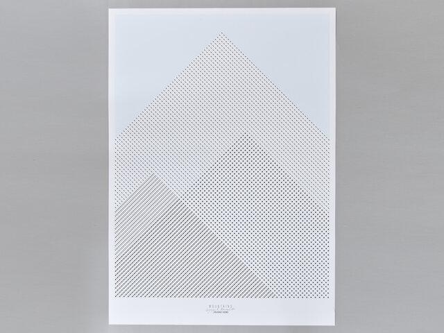 こちらはマウンテンズというデザインのポスターです。とてもシンプルに表現された山は、堂々としていて静か。空のブルーも爽やかで、気持ちのいいアクセントになっています。