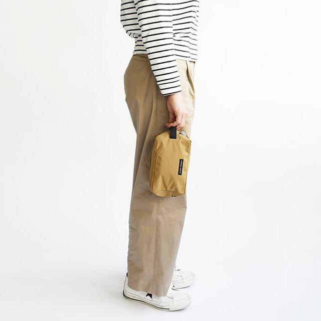 Mサイズはテープが1本ハンドルのように付いているので、テープをつまんで持ち運んだり、 バッグの中でも出し入れしやすいデザインです。