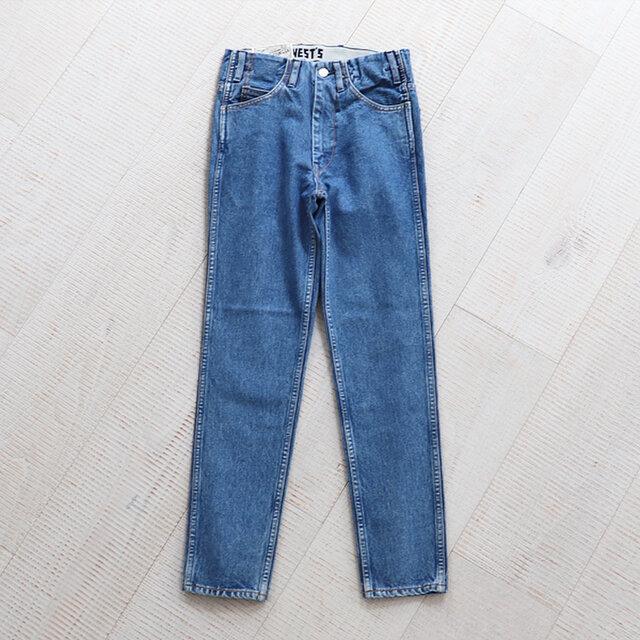 デザインの特徴は、デニムの成り立ち(オーバーオールの胸元のビブをカットして生まれた)を元にしているため、5ポケットのジーンズに使用されているベルト部分のパーツが省れているところ。