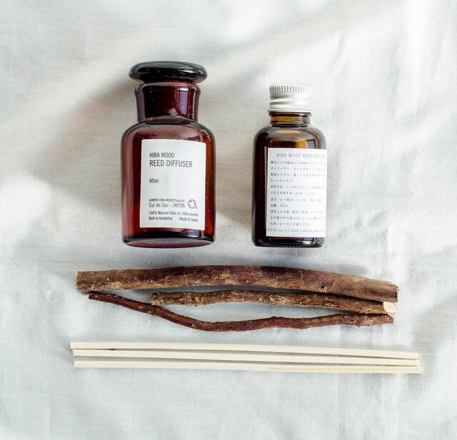 ヒバ精油とオイルを入れる蓋付きの瓶、オイルを吸い上げる枝がセットになっています。