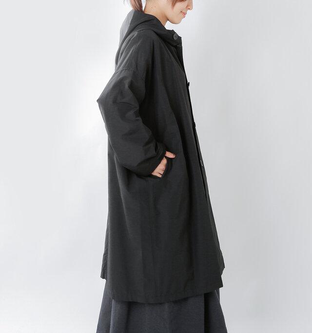 ゆったりとしたサイズ感のフードジャケット。お袖をキュッと締めてシェイプさせることで、野暮ったくならずにバランスよく着こなせます。