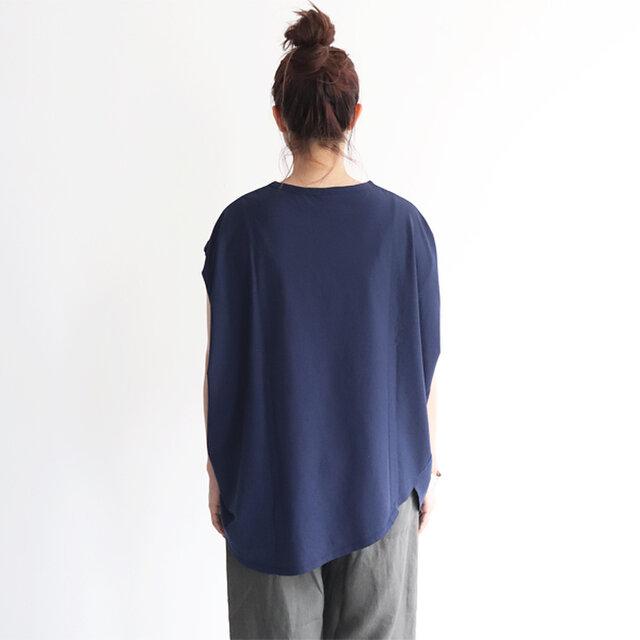 後ろ裾は長めでヒップラインを上手にカバー。