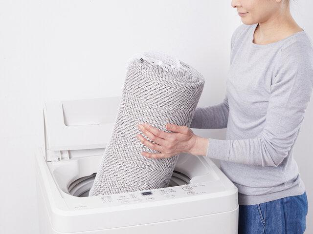 寝転んでくつろいで頂けるラグだからこそ、いつも清潔に使いたい!だから、ご家庭の洗濯機で丸洗いができる仕様にしました。いつも清潔でお母さんもニッコリ。