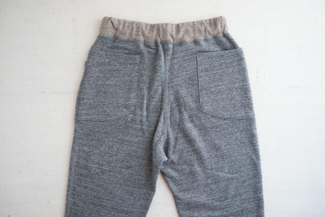 脇と後ろにポケットが付いています。ポケットの裏地もリブと同じ編みでできています。