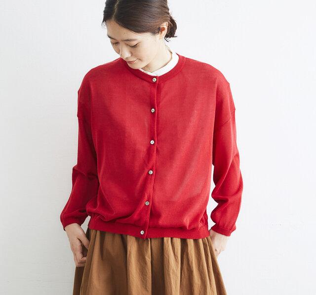 毛羽が少ない光沢感のある綿糸で、透け感を出して編み上げました。 ベーシックなデザインなのでON・OFFと使い分けもでき、着回しの幅が広がります。