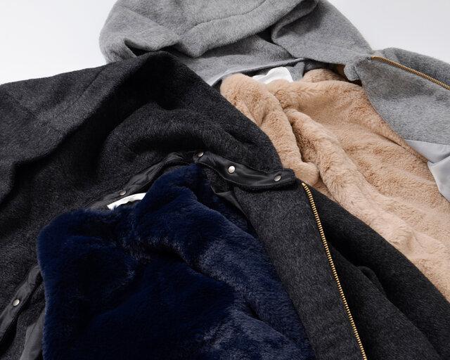 コート内側は滑らかなライナーがあしらわれ、背中には温かなファーを採用。 柔らかな毛足がふんわりとしており優しい気持ちにさせてくれる、そんな嬉しい素材感。少し厚みのある生地感となりしっかりとした着心地です。コートの内側は、フロントと袖にはポリエステルを採用し、滑らかな袖通し。そして、背中側には毛布のようにもこもことした温かなファーを採用し、冷たい背中をふんわりと温めてくれるので寒い日でもコートの中は優しい心地よさで包まれています。カラーは、杢グレー、カーキ、チャコールの3色をご用意しております。コートのカラーによって、ファーの色も異なった配色となっています。