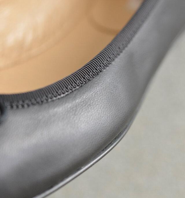 アッパーには柔らかいレザーを使用。断面にはパイピングを施し肌当たりを良くしています。