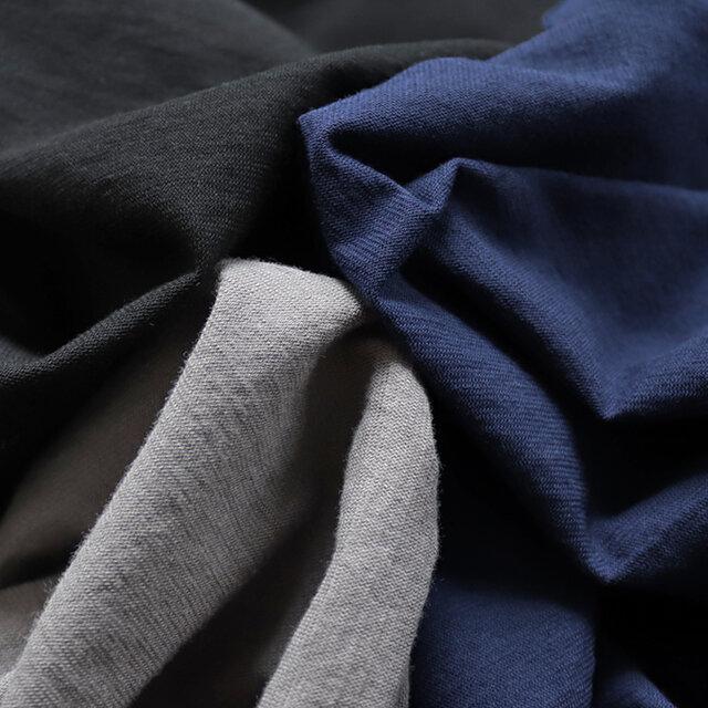 カラーは、グレー、ネイビー、ブラックの3種類。 生地は強撚クール天竺。さらりとしたやや薄手のTシャツ地です。