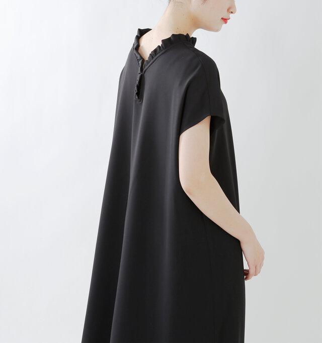 また、二の腕を覆うような袖のデザインなので締め付け感がなく、腕を細く見せてくれる効果もあります。