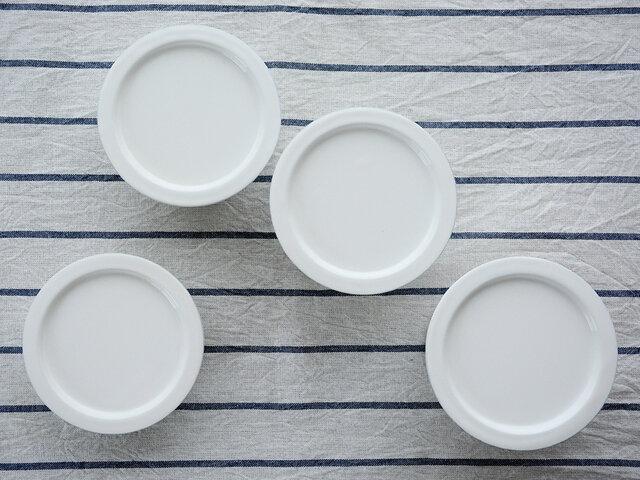 一つ目は「伝導性」。鉄にガラス質の釉薬を焼き付けて生まれる琺瑯は、熱伝導率が高く保温性にも優れているので料理に最適。 二つ目は「耐久性」。硬質のガラスでコーティングされているため、調理後のよごれや変色の影響を受けにくいのが特徴です。 三つ目は「清潔性」。表面がつるつると滑らかなので、汚れやキズが付きにくくお手入れも簡単。  いかがですか?キッチンに置くだけでも絵になる佇まいに加えて、料理道具としても機能性抜群なので使わない手はありませんよね。