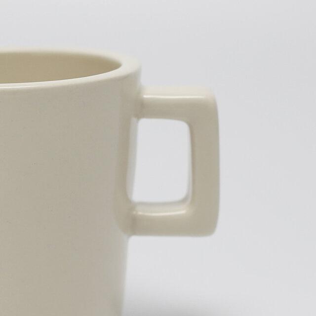 丸みを帯びているイメージが一般的な持ち手部分は、四角く。シンプルながら、個性もちゃんと感じられるデザインです。
