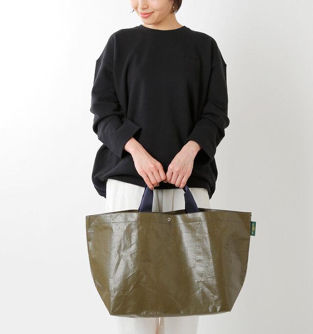 大きすぎず、小さすぎないサイズ感で、使わないときは折り畳んでしまっておくことも可能です。普段のお買い物に使ったり、メインのバッグに忍ばせておけば荷物が増えても安心♪
