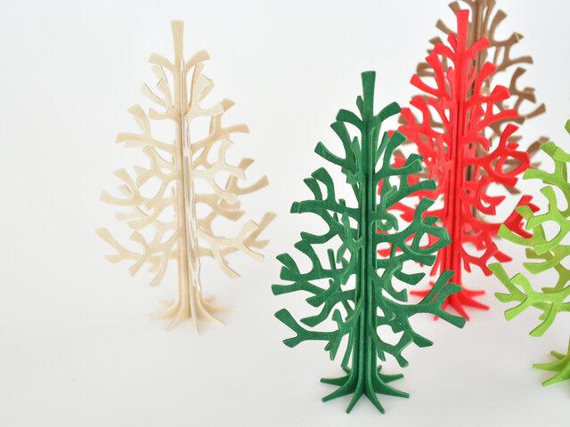 こちらのミニクリスマスツリーは、自分で組み立てて完成します。のりなどの接着剤や、釘やボルトなども使いません。4枚の木の板を組み立てるだけで完成するのです。繊細な枝が重なりあい、いきいきとした表情が楽しめます。