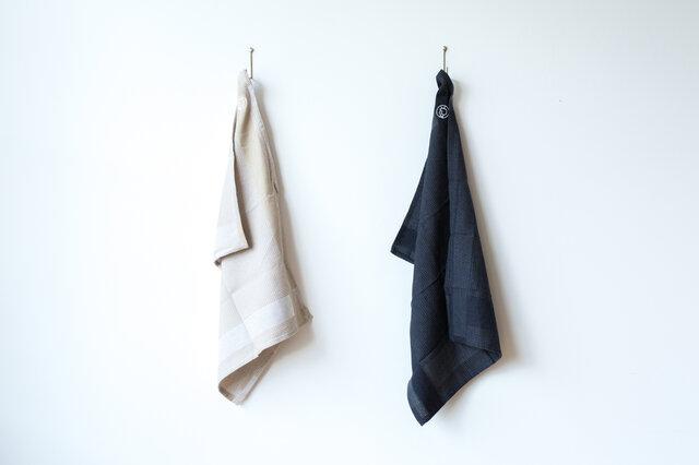 キッチンタオルは、クールなブラックとやさしい風合いのベージュの2色からお選びいただけます。