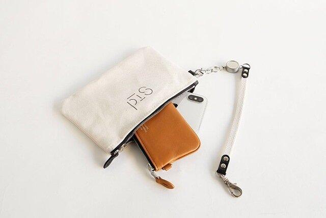 付属のポーチにはICカードや携帯電話、イヤホンなどの小物を入れて。  交通系のICカードを入れておけば、ストラップのリールを伸ばして改札もスムーズに通れます。  ポーチはストラップを外して単体でもお使いいただけます。
