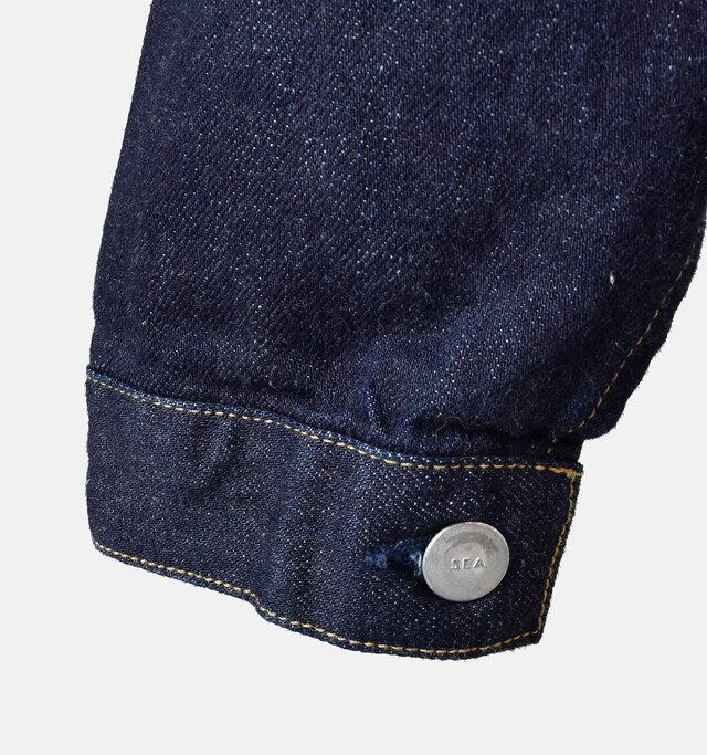 袖口は折り返してもサマになるデザイン。ボタンには「SEA」の刻印がさりげなく入っています。
