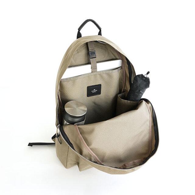 外側にもサイドポケット(ボトルポケット)を付けていますが、内装にも2つのサイドポケットを追加。 ボトルや折りたたみ傘、お財布やポーチなどを整理して収納し、持ち運びも安定します。