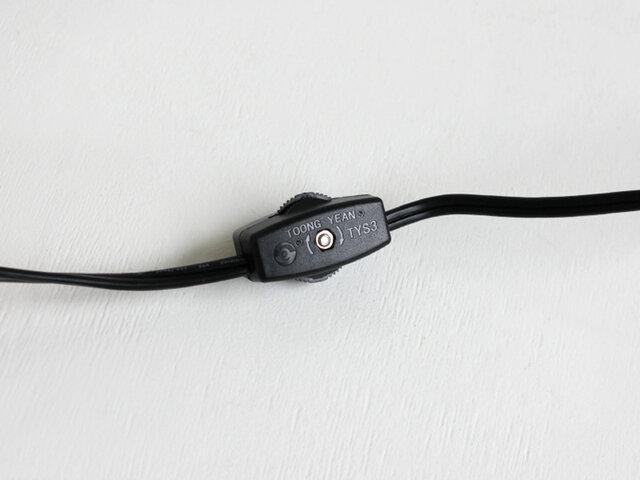 スイッチは本体と、コードの途中部分の2箇所についています。特にベッドサイドなどに置いたときは手元で操作ができるので便利です。
