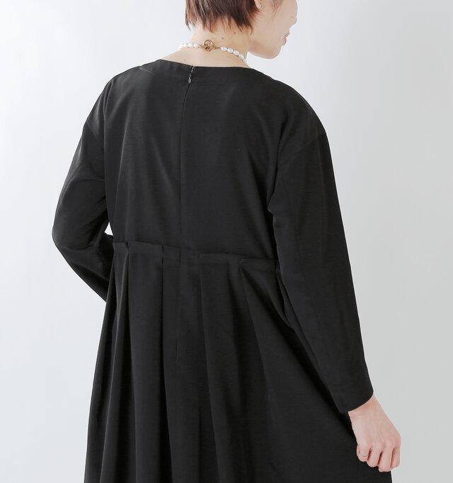 バックファスナー付きですので脱ぎ着もしやすく、誤って襟元にお化粧がついてしまう心配を防いでくれます。