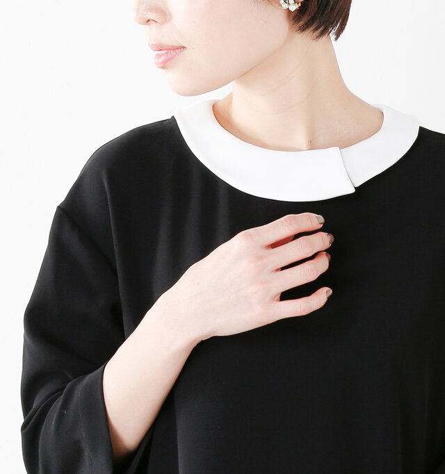 白い襟に付け替えたスタイル。クラシカルで可愛らしい雰囲気で、好感度大のスタイリングに。