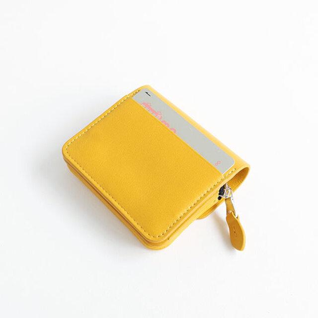 背面にもカード入れが1ヶ所。カードが外に出ない深めの仕様になっています。ICカードなどを入れるのに便利です。