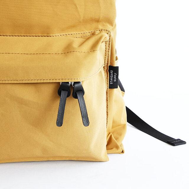 前ポケットは左右どちらからでも開けやすい様に、ダブルスライダー仕様にしています。