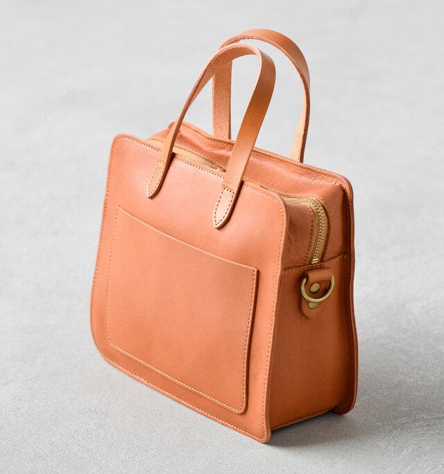 背面にはパスケースなどの小物が入れるのに便利なポケット付き。